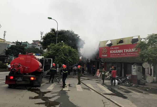 Cháy lớn quán thịt chó ở Hà Nội, hai cửa hàng khác 'vạ lây'