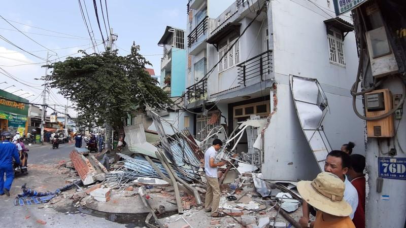 Xe đầu kéo tông sập 3 nhà dân khi 14 người đang ngủ say