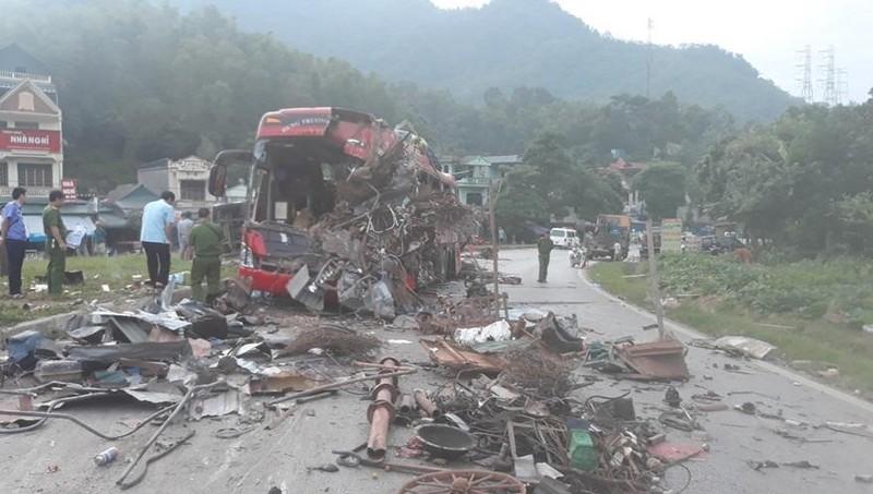 Va chạm giữa xe khách và xe tải khiến 3 người chết, 30 người bị thương