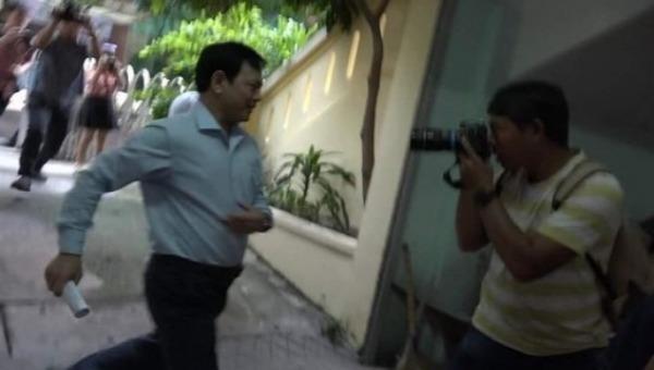 Ông Nguyễn Hữu Linh vội vàng đến tòa án rồi chạy trốn ống kính phóng viên