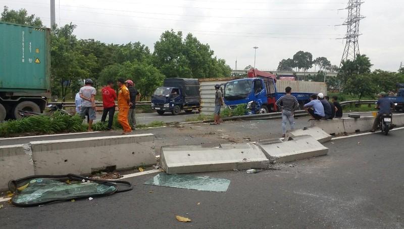 Thùng hàng container bất ngờ rơi xuống đường đè xe tải
