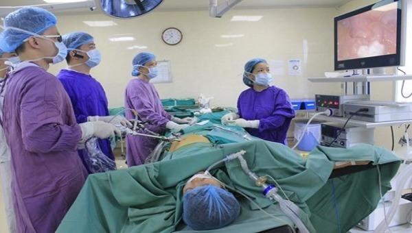 Nữ bệnh nhân thủng ruột non do nuốt xương cá