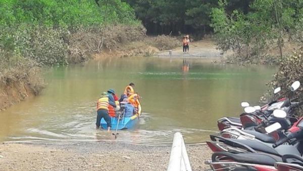 Một phụ nữ bị nước cuốn mất tích khi ra suối xúc cá