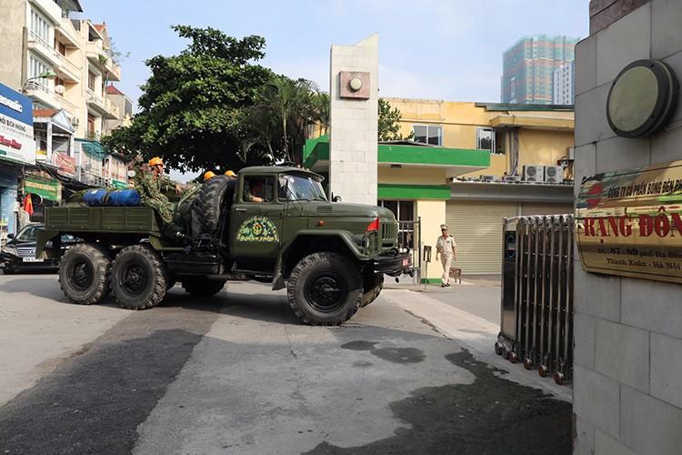 Đúng 8h sáng, đoàn xe chuyên dụng của Viện Hóa học môi trường quân sự đi vào khu vực hiện trường vụ cháy để bắt đầu công tác tiêu tẩy. Ảnh: Ngọc Thành.