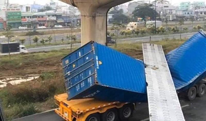 Dầm cầu đổ sập đè bẹp container