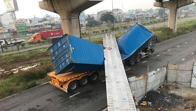 Kéo sập dầm bê tông cầu bộ hành, ô tô container bị đè nát