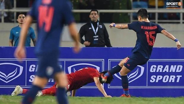 Cảm động hình ảnh Văn Hậu dùng đầu cản bóng cứu thua cho tuyển Việt Nam