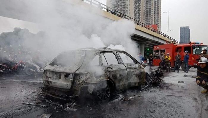 Nữ tài xế Mercedes tông chết người ở Hà Nội do đi giày cao gót đạp nhầm chân ga?