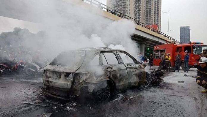 Công an tìm người nhà nạn nhân tử vong do xe Mercedes tông tại Hà Nội