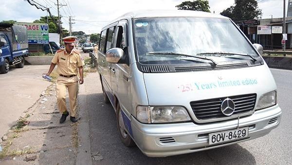 Tài xế chở học sinh rơi xuống đường sử dụng bằng lái giả