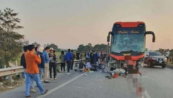 Đột nhiên nhảy xuống đóng cốp ô tô, nữ phụ xe khách bị xe ô tô khác đâm tử vong
