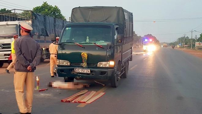 Nhặt củi khô giữa đường, người đàn ông bị xe tông tử vong