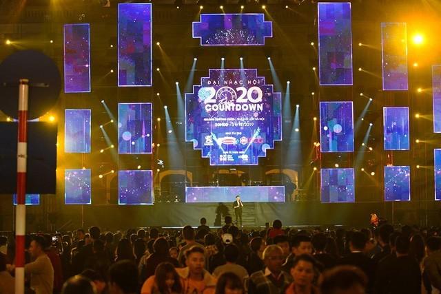 Hà Nội: Vạn người nín thở đón chờ khoảnh khắc chào năm mới 2020 - Ảnh 3.
