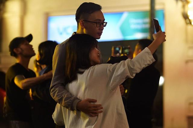 Hà Nội: Vạn người nín thở đón chờ khoảnh khắc chào năm mới 2020 - Ảnh 4.