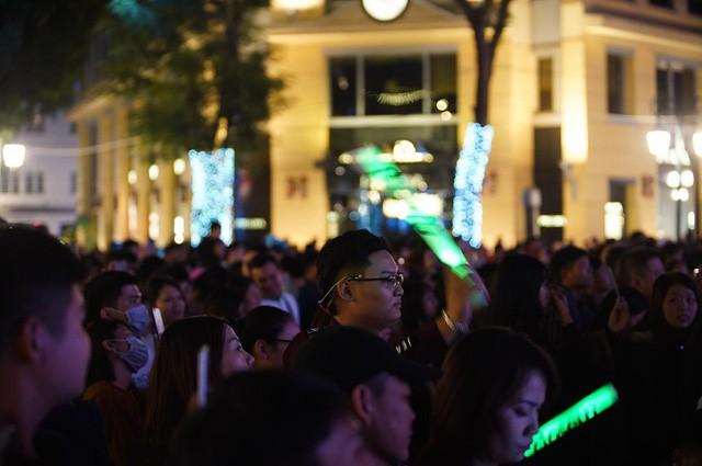 Hà Nội: Vạn người nín thở đón chờ khoảnh khắc chào năm mới 2020 - Ảnh 5.