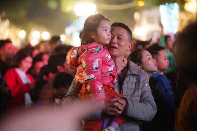 Hà Nội: Vạn người nín thở đón chờ khoảnh khắc chào năm mới 2020 - Ảnh 6.