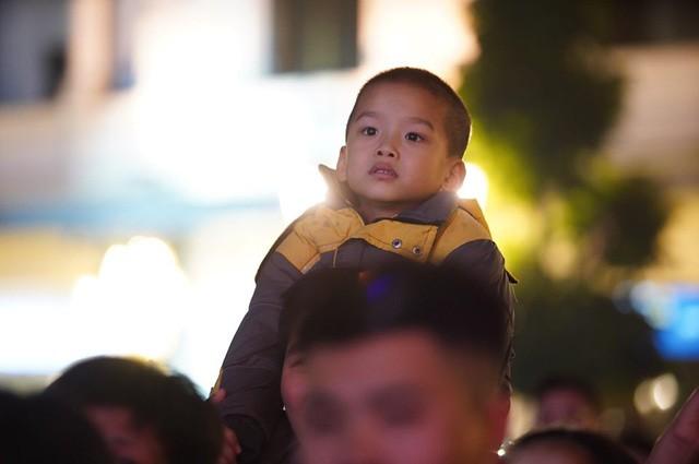 Hà Nội: Vạn người nín thở đón chờ khoảnh khắc chào năm mới 2020 - Ảnh 7.