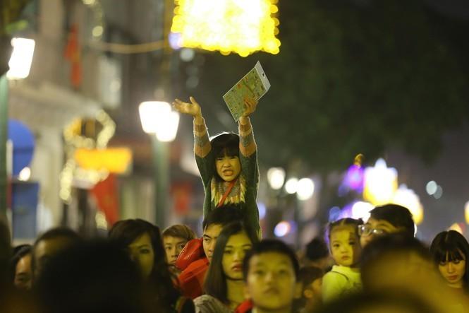 Người dân nhộn nhịp xuống phố đón năm mới 2020 - ảnh 9
