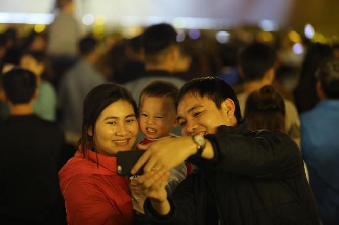 Người dân nhộn nhịp xuống phố đón năm mới 2020 - ảnh 10