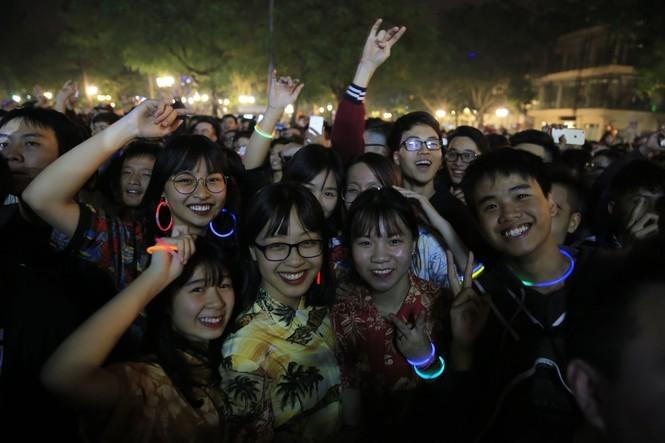 Người dân nhộn nhịp xuống phố đón năm mới 2020 - ảnh 13