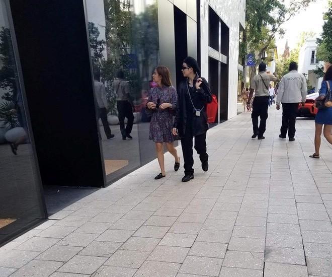 Cả hai bị bắt gặp khi cùng nhau dạo phố/ (Ảnh: HHSG)