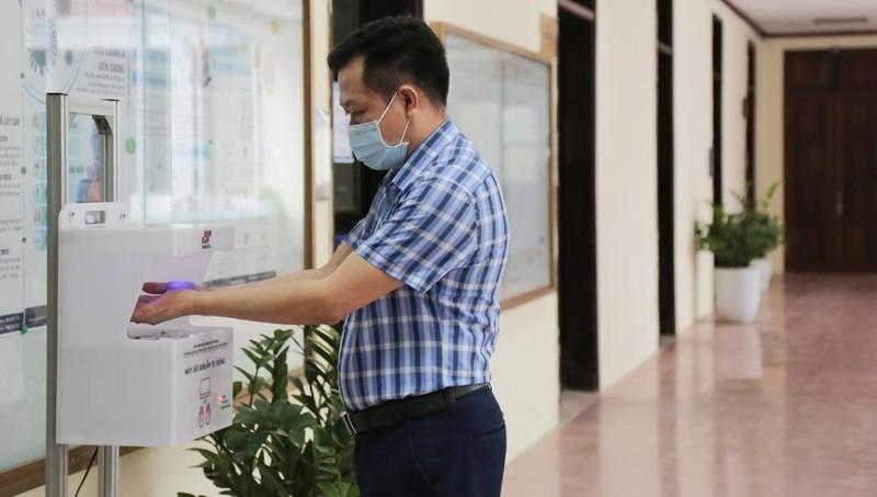 Đại học quốc gia Hà Nội vừa ra mắt bộ đôi sát khuẩn tự động