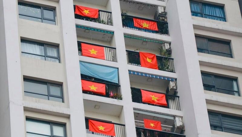 Nhiều toà nhà chung cư tại Hà Nội đã treo cờ Tổ quốc cổ vũ tinh thần Việt Nam chiến thắng đại dịch COVID-19