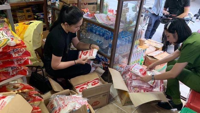 Lực lượng chức năng tiến hành kiểm tra, phát hiện 1,4 tấn mỳ chính giả tại số 24 Hoàng Hoa Thám, phường Nguyễn Trãi, quận Hà Đông.