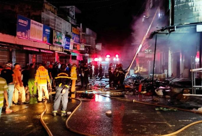 Hỏa hoạn thiêu rụi 2 cửa hàng gần chợ lúc nửa đêm - Ảnh 2.