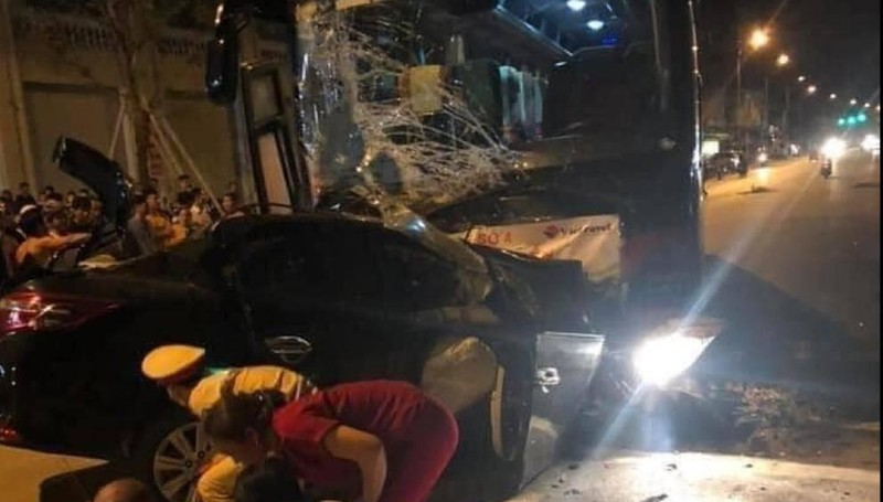 Xe 4 chỗ lao thẳng đầu ô tô khách, tài xế tử vong, nhiều người bị thương