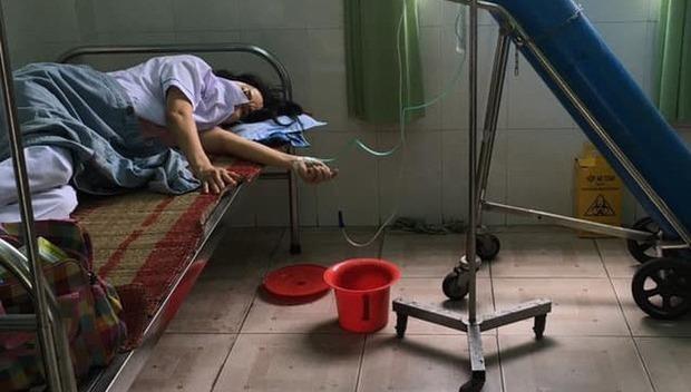 Một nhân viên y tế ở Trạm Y tế ở Đà Nẵng làm việc đến kiệt sức