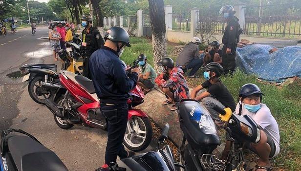 Nhóm thiếu niên bị khống chế tại hiện trường (ảnh Công an cung cấp)