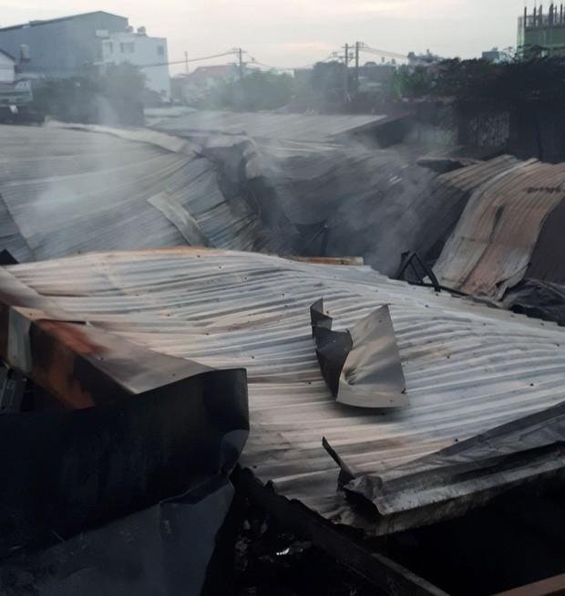 Dãy nhà trọ ở Sài Gòn sụp đổ trong biển lửa, nhiều gia đình nghèo bật khóc vì tài sản bị thiêu rụi - Ảnh 2.