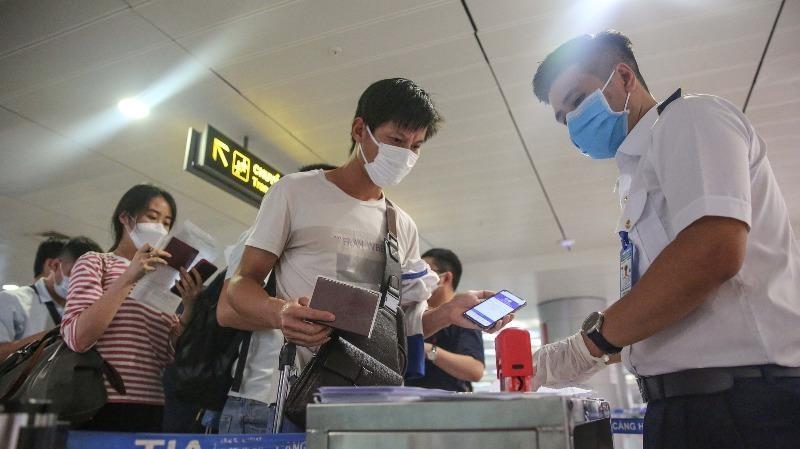 Hành khách kê khai y tế tại sân bay.
