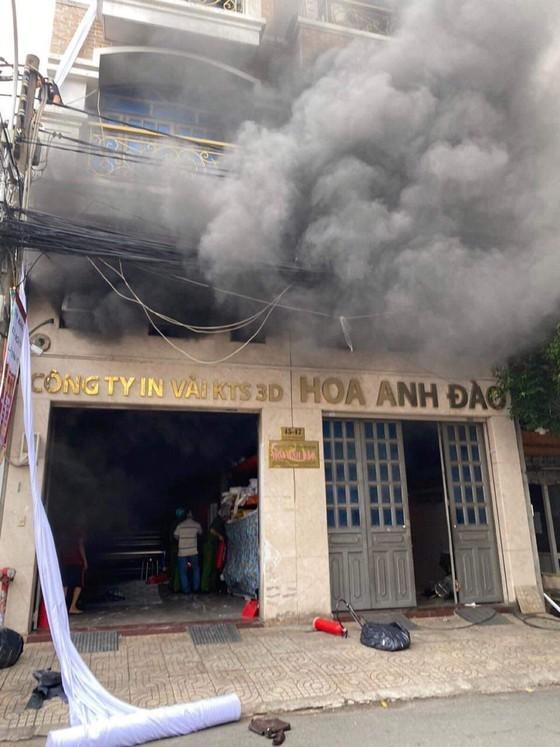 Giải cứu 2 người mắc kẹt trong đám cháy ở công ty tại quận Tân Bình ảnh 2