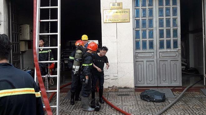 Giải cứu 2 người kẹt trong đám cháy công ty in