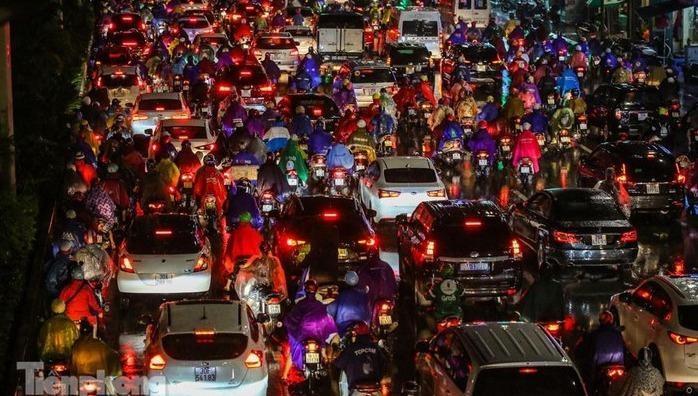 Nhiều người dân tranh thủ về nhà từ sớm khiến nhiều tuyến đường tại Thủ đô tắc cứng.