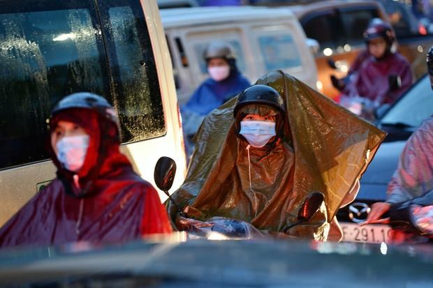 Hà Nội: Nhiều tuyến đường tắc cứng, người dân vật vã về nhà trong cơn mưa tầm tã do ảnh hưởng của bão số 7 - Ảnh 10.