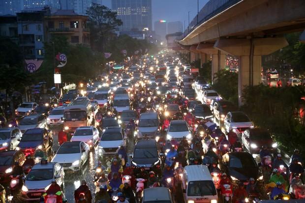 Hà Nội: Nhiều tuyến đường tắc cứng, người dân vật vã về nhà trong cơn mưa tầm tã do ảnh hưởng của bão số 7 - Ảnh 2.