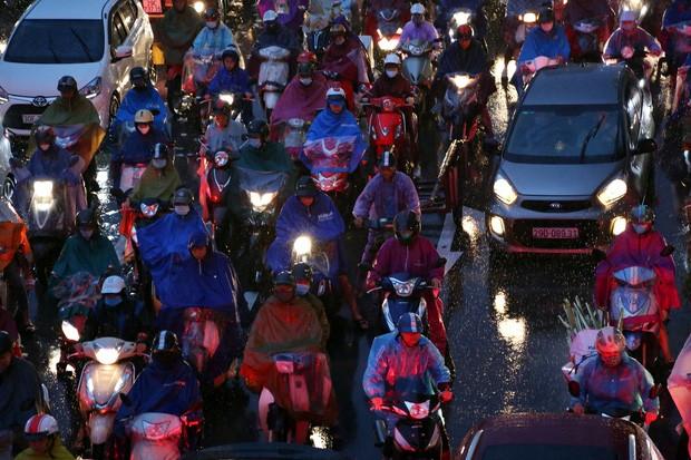 Hà Nội: Nhiều tuyến đường tắc cứng, người dân vật vã về nhà trong cơn mưa tầm tã do ảnh hưởng của bão số 7-12