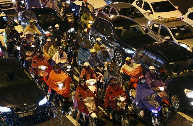 Hà Nội: Nhiều tuyến đường tắc cứng, người dân vật vã về nhà trong cơn mưa tầm tã do ảnh hưởng của bão số 7-16
