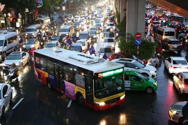 Hà Nội: Nhiều tuyến đường tắc cứng, người dân vật vã về nhà trong cơn mưa tầm tã do ảnh hưởng của bão số 7-3