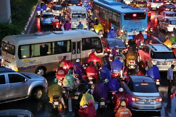 Hà Nội: Nhiều tuyến đường tắc cứng, người dân vật vã về nhà trong cơn mưa tầm tã do ảnh hưởng của bão số 7-6