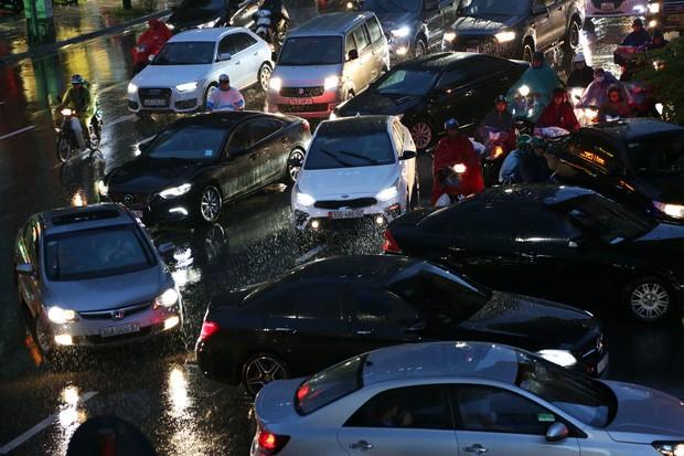 Hà Nội: Nhiều tuyến đường tắc cứng, người dân vật vã về nhà trong cơn mưa tầm tã do ảnh hưởng của bão số 7-7