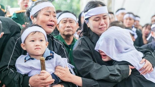 Liệt sỹ Đinh Văn Trung hy sinh, để lại người vợ trẻ, cha già mắc trọng bệnh và hai đứa con thơ dại. Từ nay, người phụ nữ này phải gánh vác thay chồng trách nhiệm lo toan cho gia đình.