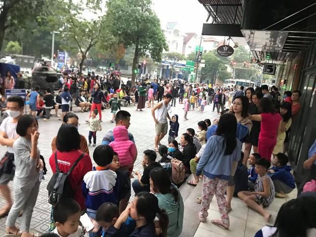 Hà Nội: Cháy lớn tại khu chung cư HH Linh Đàm, hàng nghìn người hoảng sợ bỏ chạy - Ảnh 6.