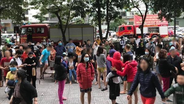 Hàng trăm cư dân hối hả tháo chạy xuống đất vì có hỏa hoạn xảy ra ở tòa chung cư HH1B Linh Đàm
