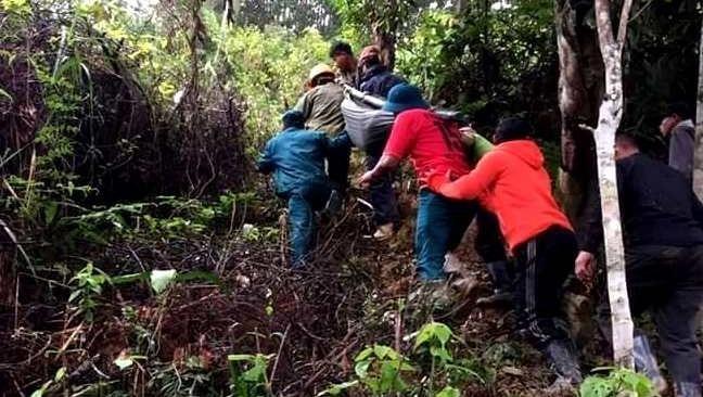 Thanh niên trong thôn dùng võng khiêng chị Phiêu vượt 20km đường rừng đi cấp cứu nhưng không cứu được đứa trẻ trong bụng chị.