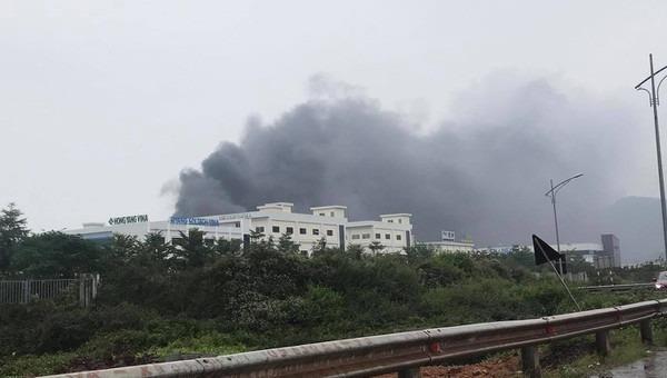 Hình ảnh vụ cháy, cột khói đen bốc cao hàng chục mét.