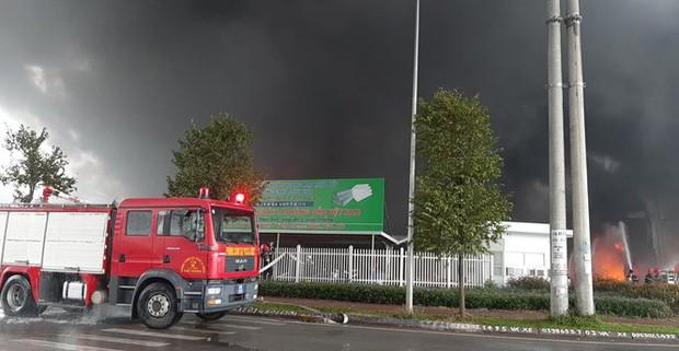Cháy lớn khu công nghiệp ở Bắc Giang, khói đen bốc cao hàng chục mét - Ảnh 3.